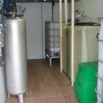 Wnętrze mini oczyszczalni kontenerowej z częściowym wyposażeniem